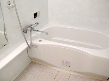 浴槽の縁も高すぎず、ストレスなく湯につかれます。自動給湯器もつき、奥様の家事の負担が減りました。