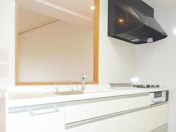 人工大理石を天板とシンクに使用しました。ガスコンロはお料理が楽しくなるダッチオーブンタイプです。