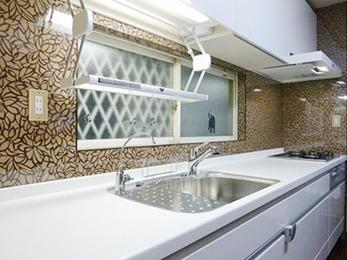 換気扇もホワイトにし、使い易いキッチンになるようオプションを沢山ご採用いただきました。