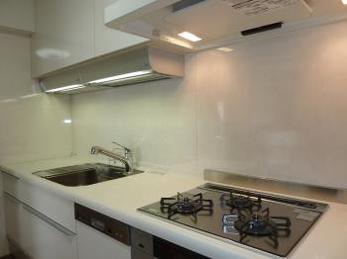 白を基調としたシンプルで使いやすいキッチンに!