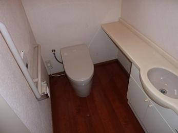 スッキリとしたデザインのトイレへ