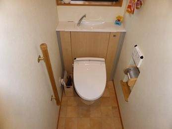 収納豊かな温かみのあるトイレに仕上がりました。