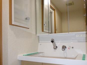 シンプルなデザインの収納豊富な洗面台