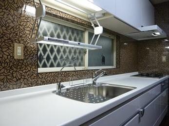 収納豊富なシックな雰囲気のキッチンへ