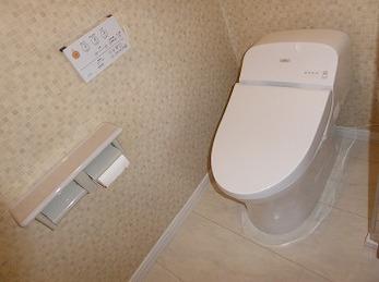 床もトイレも白基調のシンプルモダンなトイレになりました。