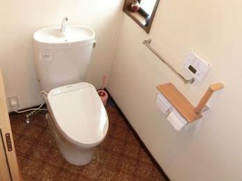 スッキリとしたデザインの節水トイレへ