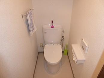 スッキリとしたデザインの快適なトイレへ