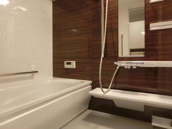 機能的で落ち着いた雰囲気の浴室へ