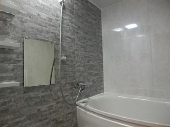 広々とした浴槽でゆったりと過ごせる空間のお風呂へ