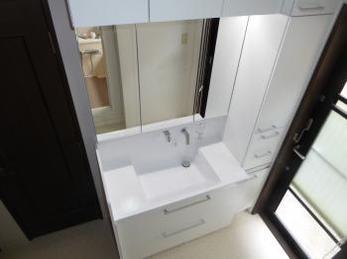 洗面室をリニューアル。収納豊富なスッキリとした空間へ